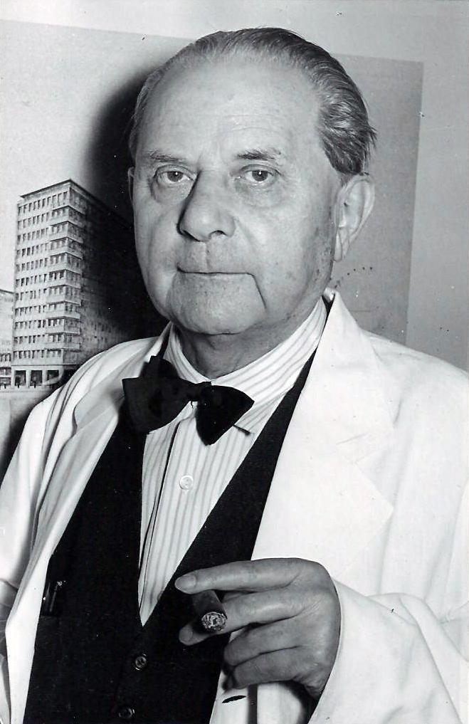 Architekt Rudolf Klophaus 1954. Im Hintergrund der City Hof in einer frühen Entwurfsphase.