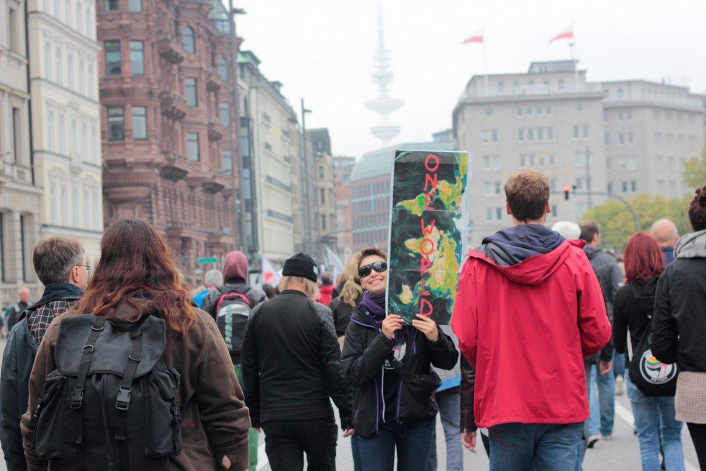 Im September wird eine Nazi-Demo in Hamburg verboten. Tausende demonstrieren trotzdem gegen Rassismus.