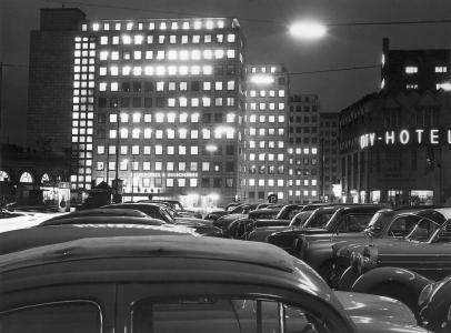 1959, City Hof am Abend, links ehemalige Wasch- und Badeanstalt von William Lindley rechts City Hotel und Bartholomay-Haus.