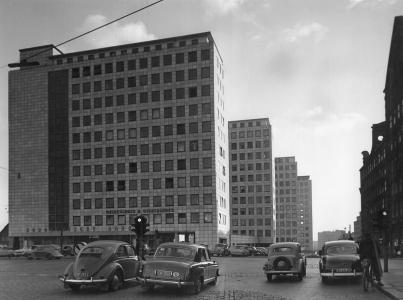 1959:  Der City Hof kurz nach der Fertigstellung, rechts das Bartholomay-Haus.