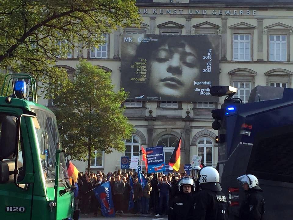 Keinen Schritt gehen die AfD-Anhänger an diesem Tag durch die Hamburger Innenstadt.