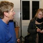 Künstlerin Karin Boine (links) im Gespräch mit mittendrin-Reporterin Signe Heins (re.)