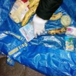 In großen Plastiktüten verstauen die Mülltaucher ihre Beute. Handschuhe wie hier im Bild kommen dabei selten zum Einsatz.