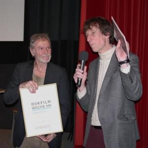 Preisträger Vincent Dieutre und Moderator Rasmus Gerlach bei der Verleihung des Klaus-Wildenhahn-Preises 2013