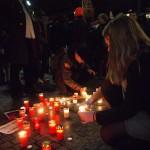 Auch Bürgerschaftsabgeordnete Annkathrin Kammeyer (SPD) zündet eine Kerze für die ums Leben gekommenen Flüchtlinge an.