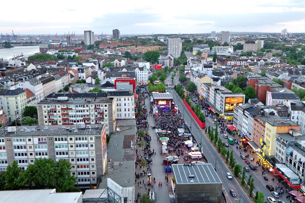 Foto: http://fotos.nocke.de/ | Als sie noch bewohnbar waren, im Mai 2011: Die ESSO Hochhäuser neben dem Spielbudenplatz, St. Pauli, Hamburg.