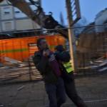 Rabiates Vorgehen: Eine Mitarbeiterin des Sicherheitsdienstes versucht Fotos von der Baustelle zu verhindern.