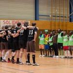 Vor dem ersten Spiel stehen sich die Handballer des FC St. Pauli und das Team FC Lampedusa 1 gegenüber.
