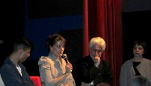 Doro Carl (rechts) auf der Premiere mit ProtagnostInnen ihres Films.