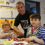 Trainer Sedat Cukadar sorgt dafür, dass die Kinder eine gesunde Ernährung vor dem Training bekommen.