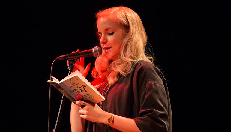 Foto: Hannah Schuh Poetry-Slammerin Julia Engelmann im Gespräch mit Kilian Trotier am 27.06. im Mojo Club.