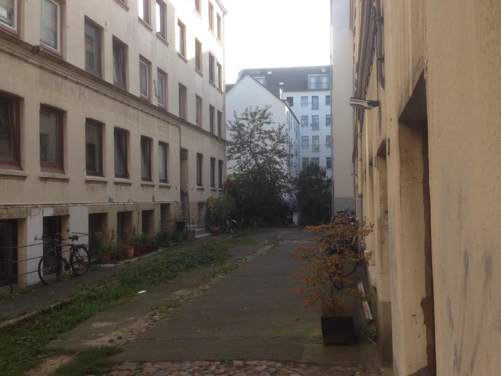 Sanierungsstau ist noch heute ein Problem. Das Gebäude im Hintergrund wurde allerings schon modernisiert. Der Backstein ist dabei verwchwunden.