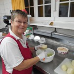 Ingeborg Lindner bei den Vorbereitungen für's Abendessen