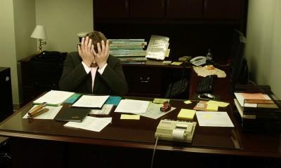 """Frustrated man at a desk"""" von LaurMG. - Eigenes Werk.. Lizenziert unter CC BY-SA 3.0 über Wikimedia Commons - http://commons.wikimedia.org/wiki/File:Frustrated_man_at_a_desk.jpg#mediaviewer/File:Frustrated_man_at_a_desk.jpg"""