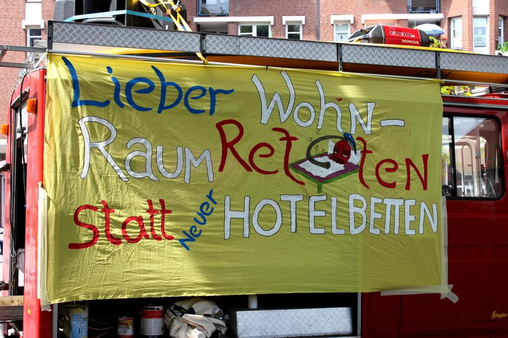 """""""Wohnraum retten statt Hotelbetten"""": Eine Forderung der Olympiagegner"""