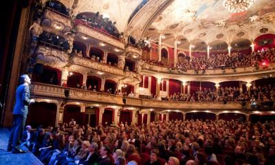 """""""Kampf der Künste""""-Moderator Michel Abdollahi im vollbesetzten Schauspielhaus (Foto: Jan Brandes)."""