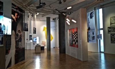 """Ausstellungsansicht """"Geniale Dilletanten - Subkultur der 1980er Jahre in Deutschland"""""""